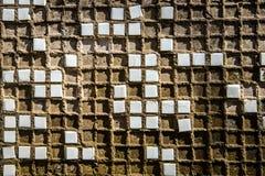 Vieux mur fait de petits carreaux de céramique images libres de droits