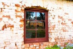 Vieux mur, fenêtres et réflexion Photo stock