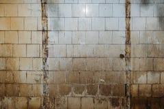 Vieux mur grunge carrelé sale et rouillé images stock