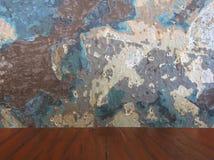 Vieux mur grunge endommagé de couleur et table en bois Photo libre de droits