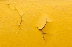 Vieux mur jaune avec la peinture criquée Image libre de droits