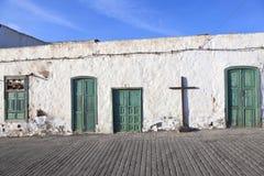 Vieux mur marqué à la craie de maison avec l'hublot Photographie stock