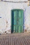 Vieux mur marqué à la craie de maison avec l'hublot Image stock