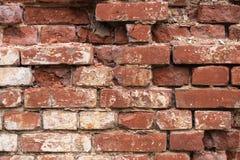 Vieux mur minable de rouge de brique avec le stuc blanc, texture détaillée image stock