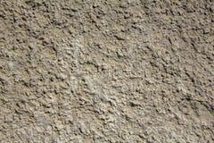 Vieux mur minable jaune gris blanc avec le soulagement inégal profond et les ombres Texture de surface approximative photographie stock libre de droits