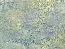 Vieux mur multicolore couvert de plâtre minable d'épluchage Texture de la surface en pierre bleue et verte de vintage, plan rappr Photo libre de droits