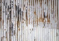 Vieux mur ondulé rouillé de feuille de zinc Images libres de droits