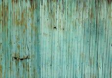 Vieux mur ondulé rouillé de feuille de zinc Photos stock