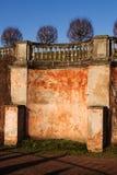 Vieux mur plâtré avec une balustrade photos stock