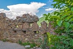 Vieux mur ruiné de forteresse avec des échappatoires photographie stock libre de droits