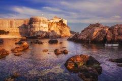 Vieux murs de ville de Dubrovnik au coucher du soleil Image stock