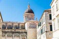 Vieux murs et tour voûtée sous le bleu images libres de droits
