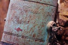 Vieux nébuliseur de vert-de-gris dans une cave antique image stock