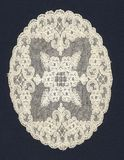 Vieux napperon blanc avec des fleurs Photographie stock