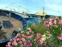 Vieux naufrages cassés après le débarquement des réfugiés Photo stock