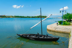 Vieux navire historique croate à la mer près de la ville de Nin, Croatie Photographie stock