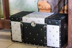 Vieux noir en cuir avec la valise blanche Photographie stock