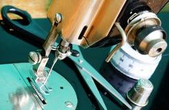 Vieux noir modèle de machine à coudre Photos stock