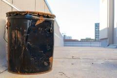 Vieux, noir seau en métal, bosselé et rouillé, sur un dessus de toit de New York City, Bronx, NY images stock