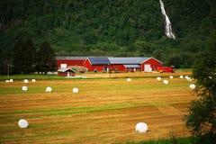 Vieux nuages de ciel de grange d'exploitation laitière Image libre de droits