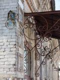 Vieux numéro de maison cassé rouillé 13 avec le réverbère Vieux rétro plat peint superficiel par les agents de fonte avec le numé photo stock