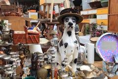 Vieux objets et meubles à vendre à un marché aux puces Photographie stock libre de droits