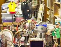 Vieux objets et meubles de vintage à vendre à un marché aux puces images stock
