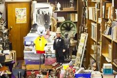 Vieux objets et meubles de vintage à vendre à un marché aux puces image libre de droits