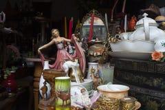 Vieux objets et meubles de vintage à vendre à un marché aux puces images libres de droits