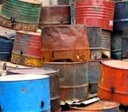 Vieux oildrums rouillés Images stock