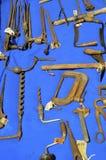 Vieux outils à vendre à un marché aux puces image libre de droits