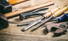 Vieux outils de bricolage sur le fond en bois Photographie stock libre de droits