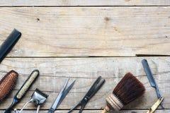 Vieux outils de raseur-coiffeur de vintage sur la table en bois photo libre de droits