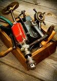 Vieux outils de travail (foret, marteau, émeris et d'autres Photo stock