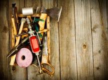 Vieux outils de travail (foret, marteau, émeris et d'autres Photographie stock