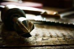 Vieux outils de travail sur un fond en bois Images libres de droits