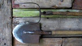 Vieux outils du jardin pelle, fourche photos stock