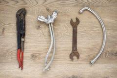 Vieux outils et robinet de tuyauterie sur le fond en bois images stock