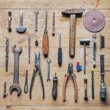 Vieux outils sales de réparation de vintage sur le fond en bois photo libre de droits