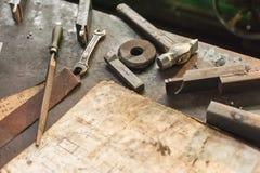 Vieux outils sur le lieu de travail avec le diagramme Photos stock