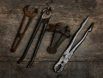 Vieux outils sur un banc en bois Photos libres de droits