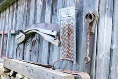 Vieux outils sur un mur Photos stock
