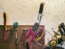 Vieux outils sur une étagère dans le garage Photos stock