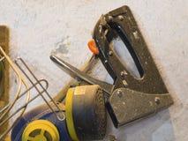Vieux outils sur une étagère dans le garage Photo stock