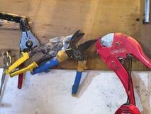 Vieux outils sur une étagère dans le garage Images stock