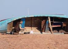 Vieux pêcheur au travail Photos libres de droits