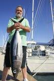 Vieux pêcheur avec le loquet de thon d'albacore image stock