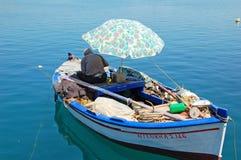 Vieux pêcheur dans le bateau Images stock