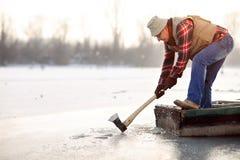 Vieux pêcheur dans le bateau avec la hache Photos libres de droits