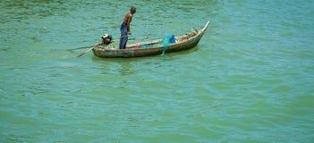 Vieux pêcheur et la mer Image libre de droits